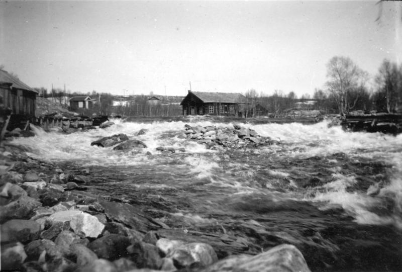 Historisk fotografi av Kvennusdammen og Røros Trevarefabrikk.