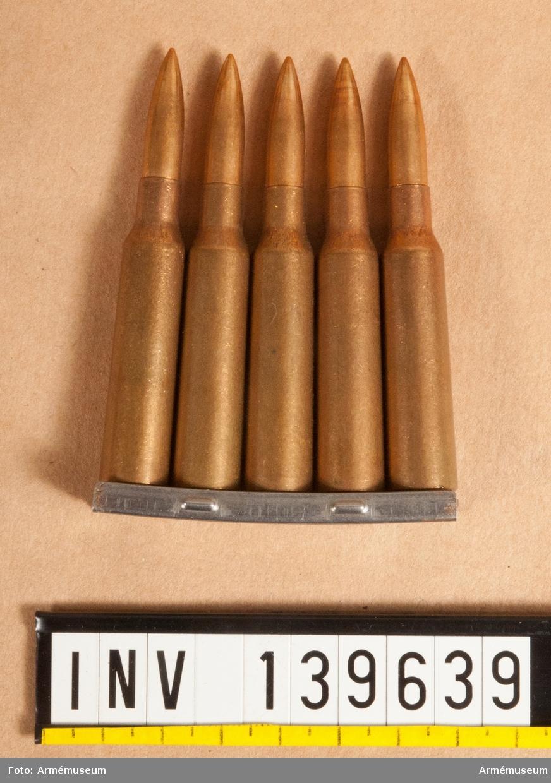 5 st skarpa 6,5 mm patroner m/1894 med projektil m/1941, i laddram.