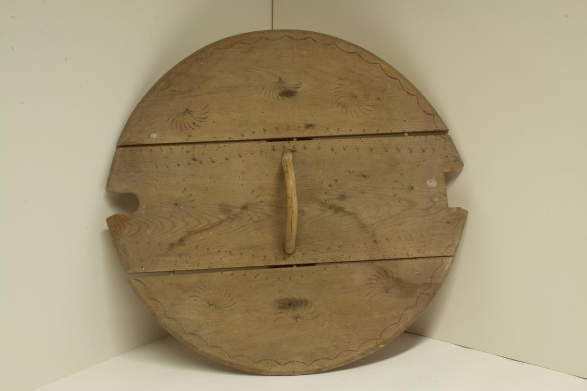 Loket har tre stavar, der handtaket er festa i midten av desse.