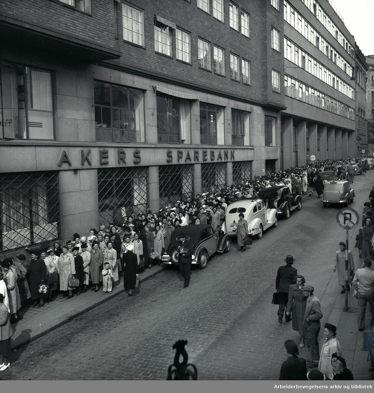Kafferasjoneringen oppheves. Kø for å kjøpe kaffe..September 1952