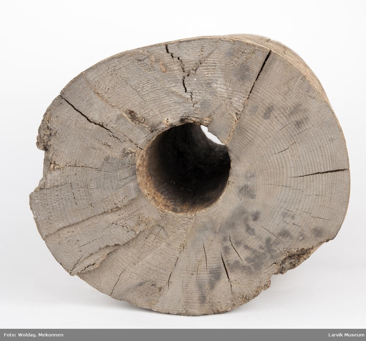 Sylinderformet med  hull tvers igjennom, en skrå ende