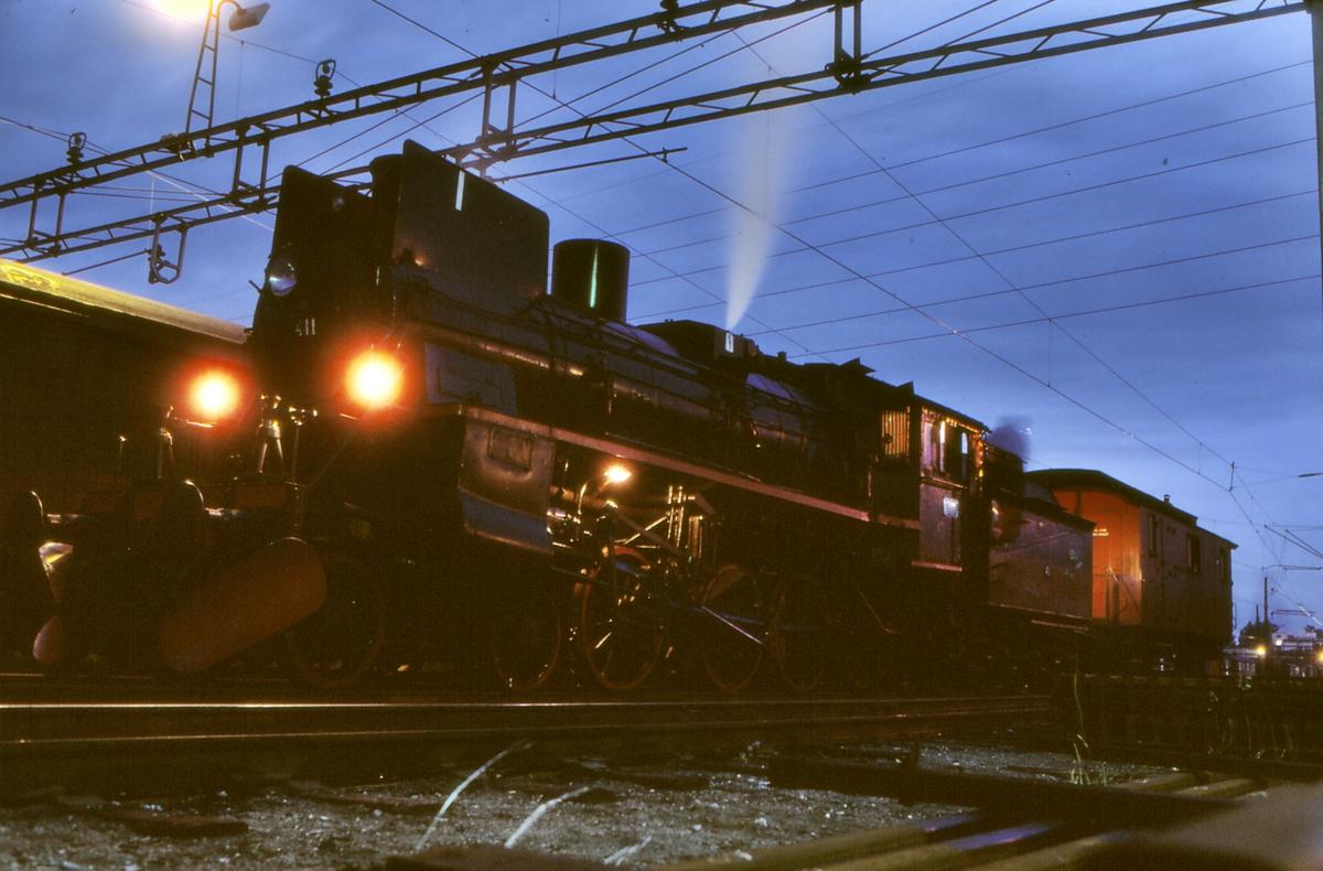 NSB damplok 26c 411 ved lokomotivstallen på Ski. Lokomotivet har akkurat kommet inn etter å ha kjørt ekstratog til Storlien og tilbake, og skal slagges.