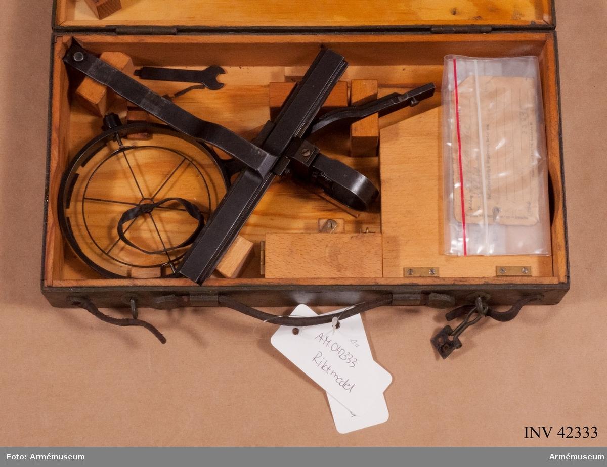 Grupp E IV. Riktmedel (i låda) till dubbel kulspruta m/1936 för luftvärn. Till kulsprutan finns lavett, två pipor i fodral, vattenlåda, reservdelslåda, riktmedel i låda, två ångslangar, sex bandlådor, två bärband, två stödremmar för bandlåda och kapell.