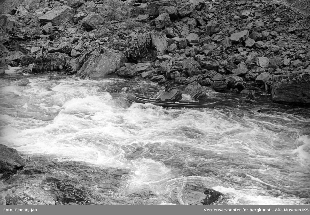 Elvebåt i landskap. Fotografert 1971. Fotografert 1974. Fotoserie: Laksefiske i Altaelva i perioden 1970-1988 (av Jan Ekman).