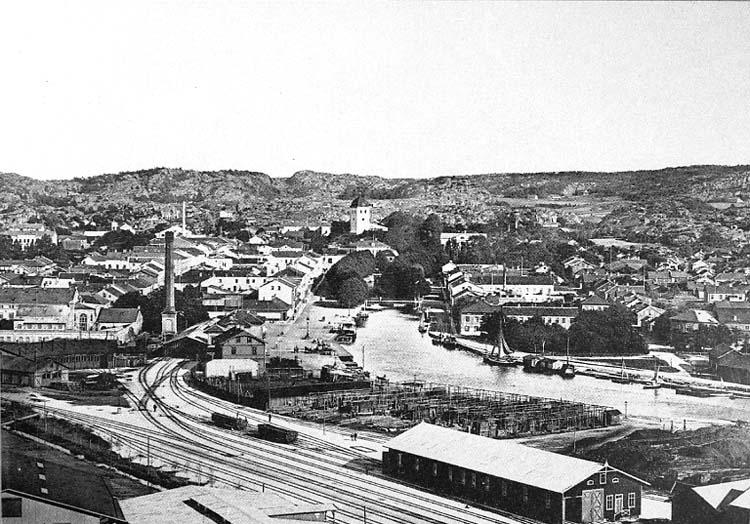 """Medföljande text: """"Utsikt från Skansberget omkr. 1900-talet. Uddevalla postkontorhistorik sedan början av 1800-talet""""."""