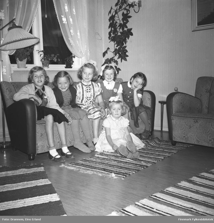 Fem jenter på bursdagsselskap hos Turid Lillian