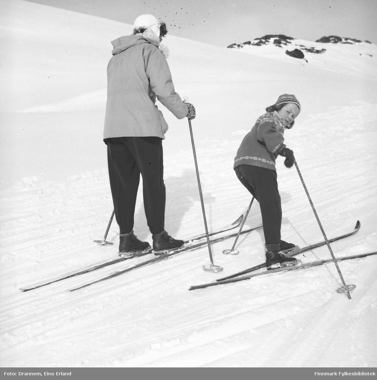 Påsketid. Jenny og Turid Lillian på ski