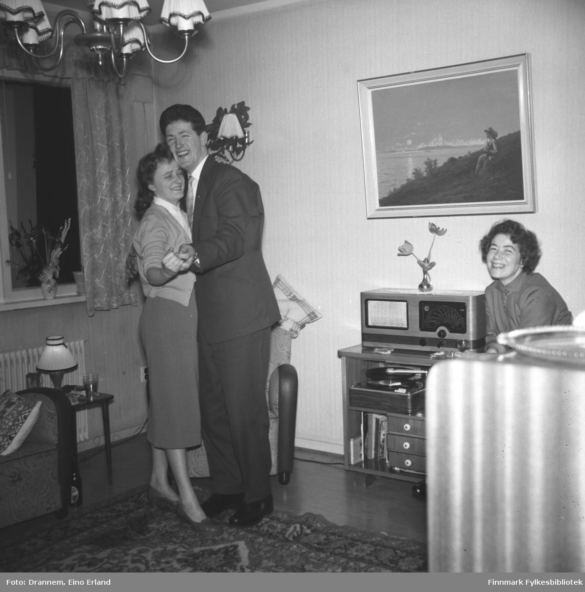 Et dansende par hos familien Drannem, Jenny Drannem til høyre. Nyttår