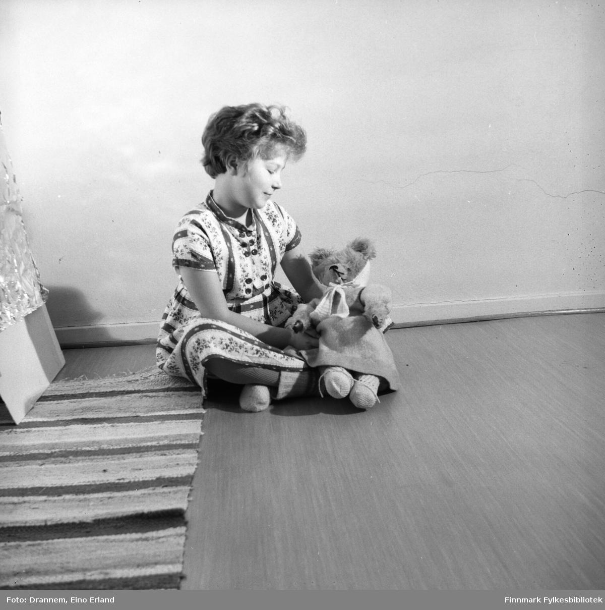 Turid Lillian fotografert med bamsen sin