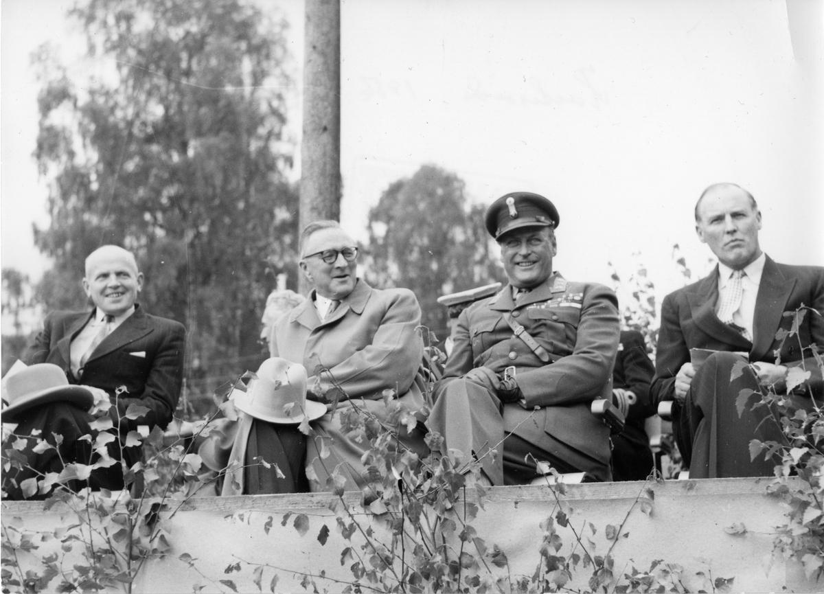 Ordførar Landsverk, landbruksminister Løbak, Kronprins Olav og styreleiar (TL) Straume.
