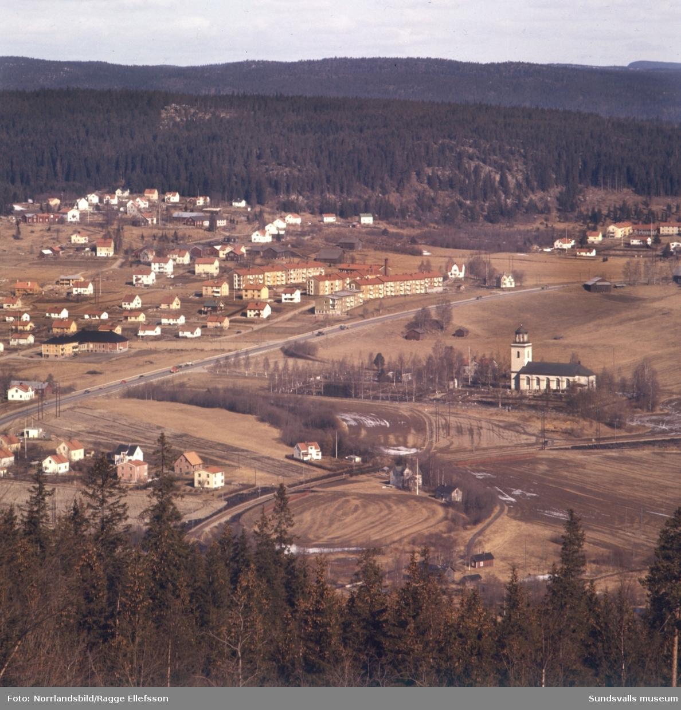 Timrådalen och Timrå kyrka fotograferat från Skönviksberget.