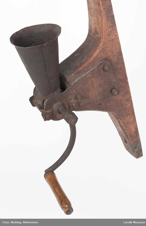 Form: kvern av jern, høy trakt. veggfeste av tre