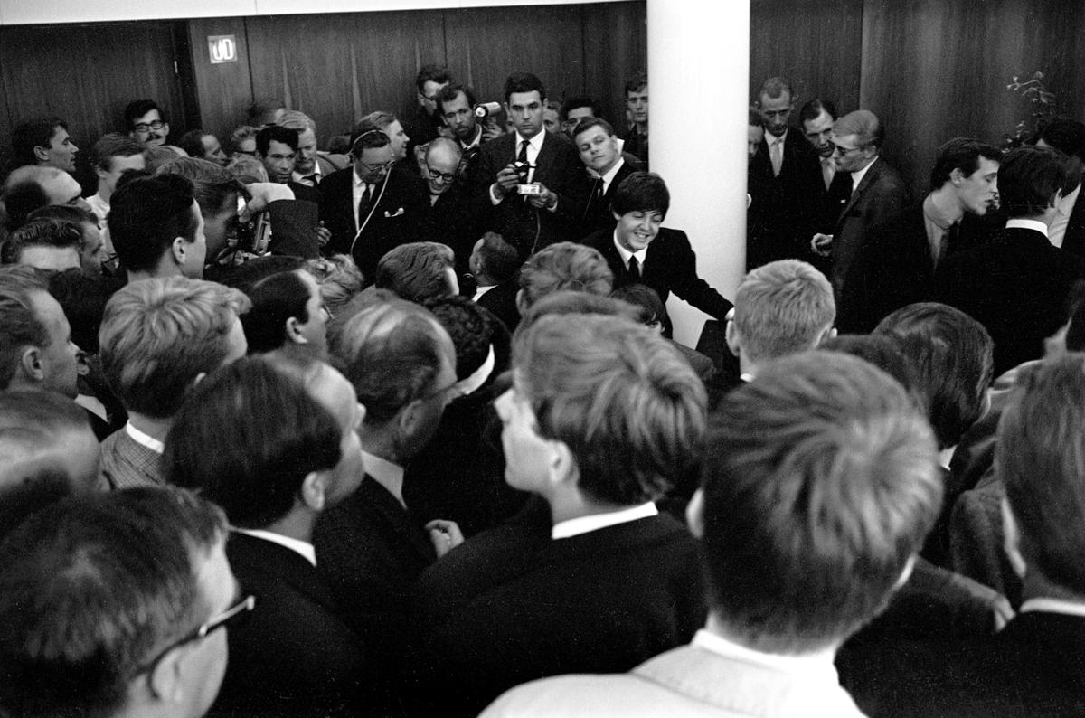 Det engelske bandet The Beatles skal ha konsert i København. Pressefolk samlet i påvente av en pressekonferanse med popgruppa. Paul McCartney ses midt i bildet.