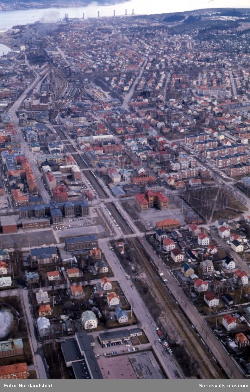 Flygfoto över Sundsvall 1971, fotograferat från Åkersviksskolan ut mot fjärden. Här kan man se den gamla bebyggelsen i kvarteret Måsen, väster om GA-skolan, som numera (2015) är ersatt av kontorsbyggnader.