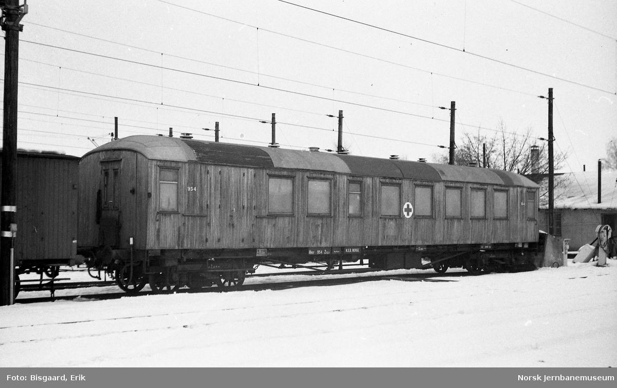 Sanitetsvogn litra Zuo nr. 954 på Hamar stasjon