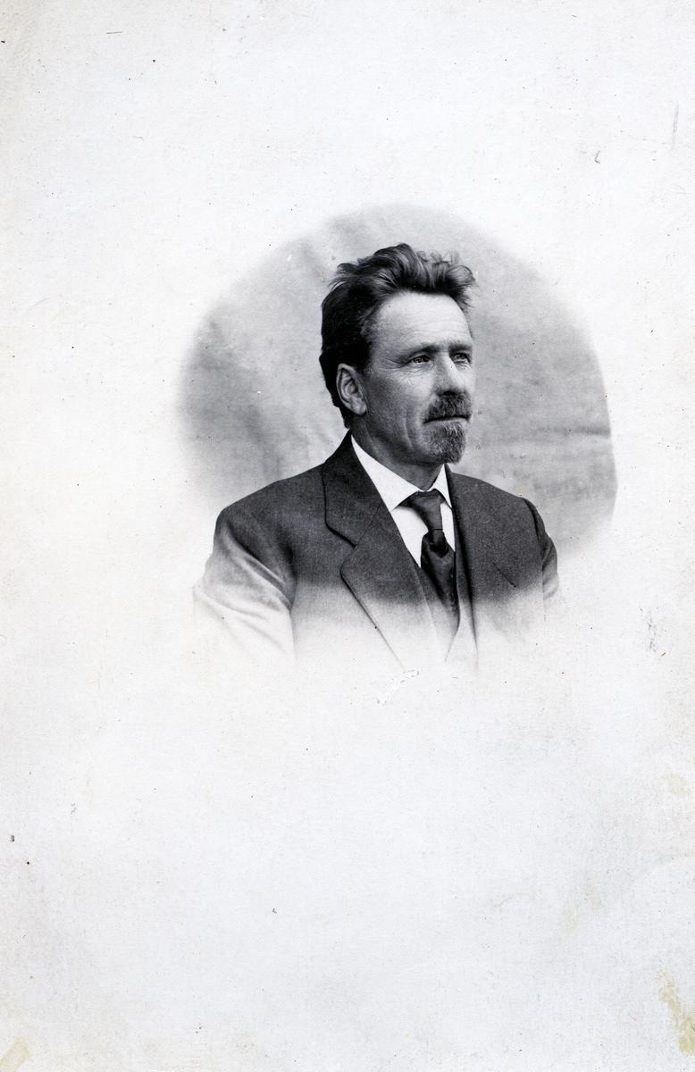 Mann kledd i dress, vest, slips og hvit skjorte. Dette er Ole O. Thorsrud. I tillegg til å være skulelærer, i 48 år, i Sør-Aurdal var han både organist og kyrkjesanger.