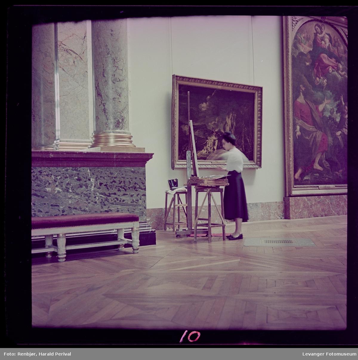 Kvinner maler ett bilde i Louvre (kopierer) med staffeli.