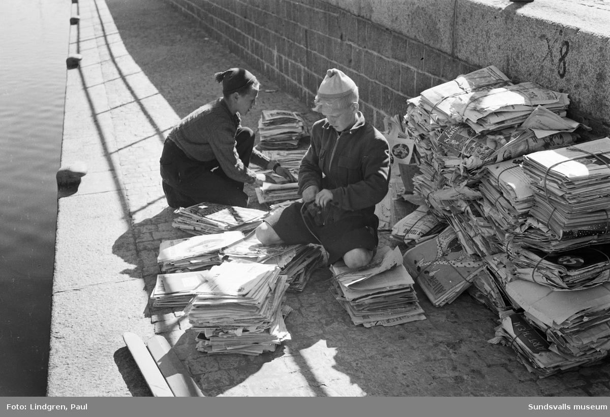 Pappersinsamling. Under 1940-talet var det ont om papper och för en liten slant per kilo kunde man samla och sälja papper för återvinning som kanske räckte till lite godis eller ett biobesök.
