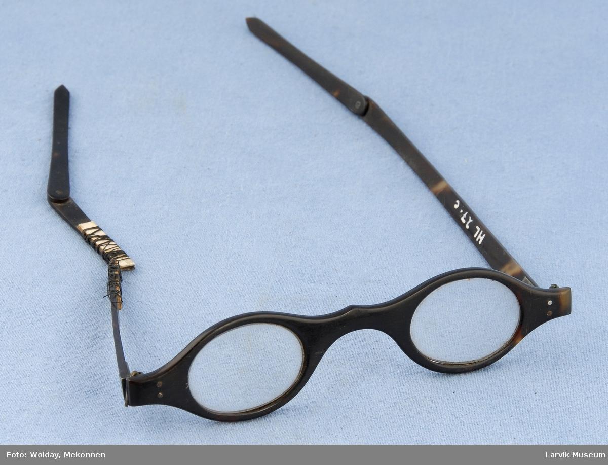 Briller med ovale glass. 2 leddede stenger med sølvhengsler