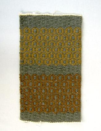 Mattprov i rosengång. Linnemattvarp med inslag av nöthårsgarn i mörkgrått och olika bruna nyanser. Provet är från Anna Hådells tid som föreståndarinna, 1961-1975, eller senare.