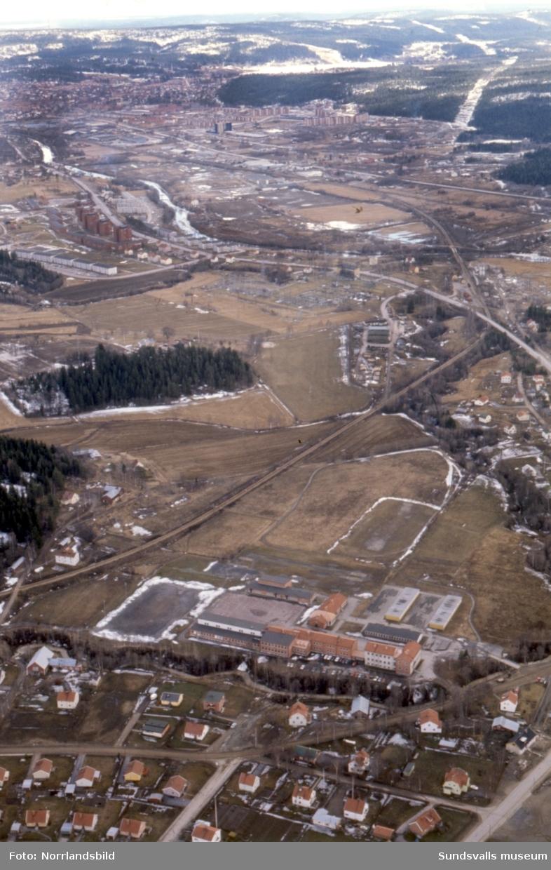 Flygfoton över det framväxande bostadsområdet i Nacksta. Bild 1 tagen från Högoms skola och söderut, bild 2 från Bergsåkers skola mot sydost och bild 3 från Nacksta skola österut.