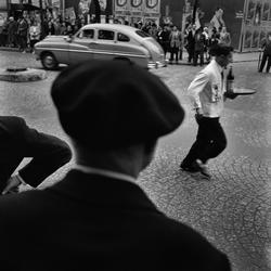 Paris. En kypare springer på gata hållandes en bricka.