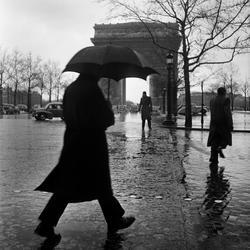 Paris. Man med paraply, Triumfbågen i bakgrunden.