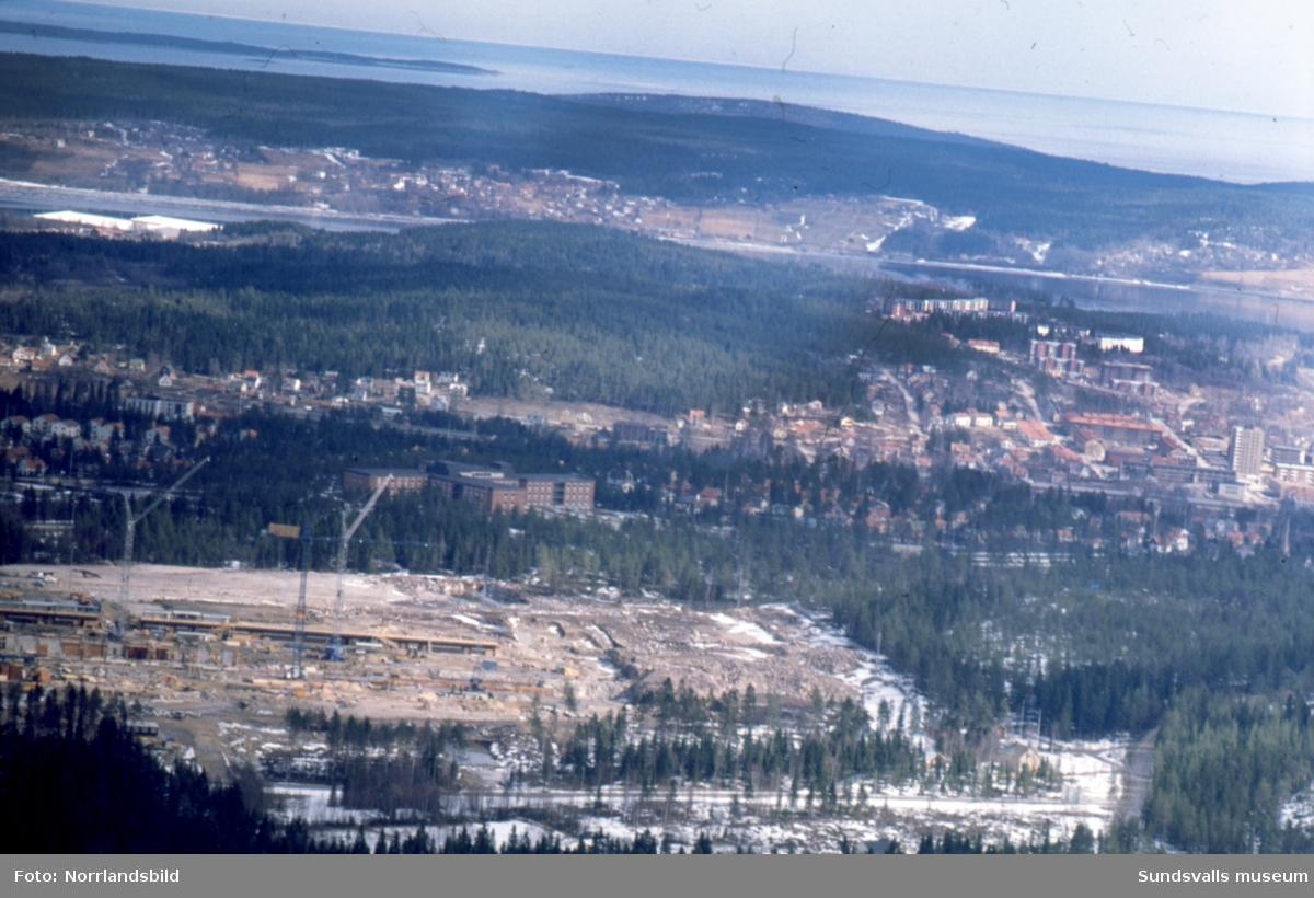 Flygfoto med det påbörjade sjukhusbygget i förgrunden och längre bort sjukhemmet Lindgården.
