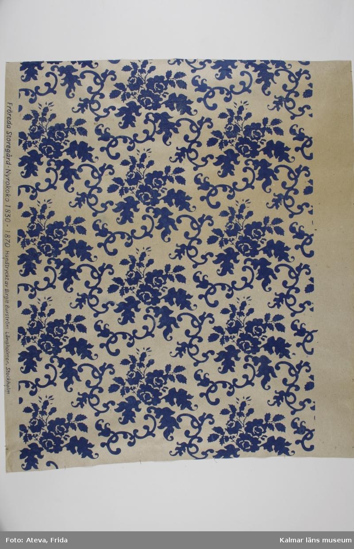 KLM 39224:10. Tapet av papper. 2 st bitar. Tapet med nytryckt mönster efter KLM 39224:1. Orginaltapeten är daterad till 1830-1870-tal, Nyrokoko. Datering på nytryck: Våren 1997.