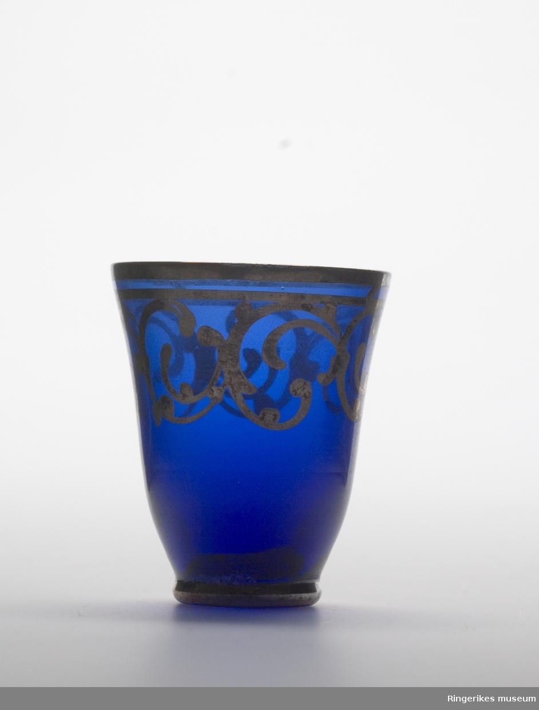 Drammeglass i blått glass med gulldekor.  Et sett som inneholder karaffel og åtte glass.
