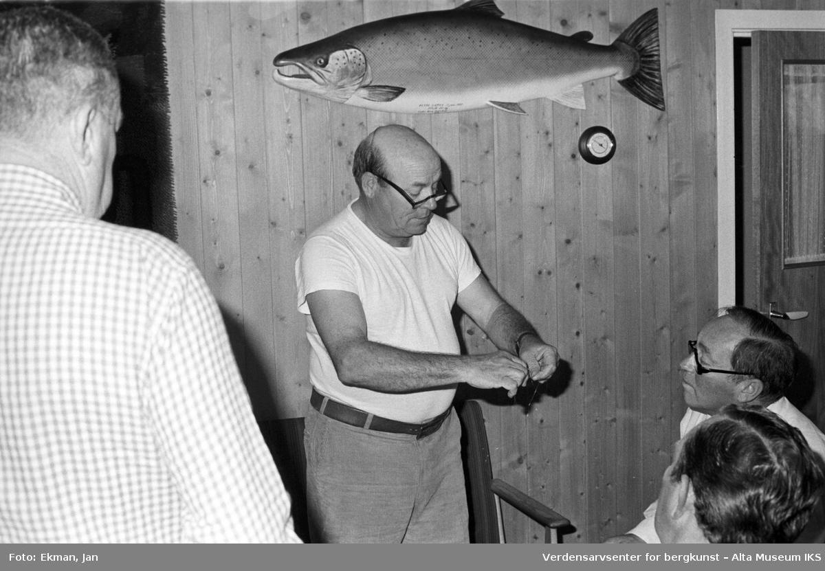 Fluebinding i hytteinteriør. Fotografert 1982. Fotoserie: Laksefiske i Altaelva i perioden 1970-1988 (av Jan Ekman).