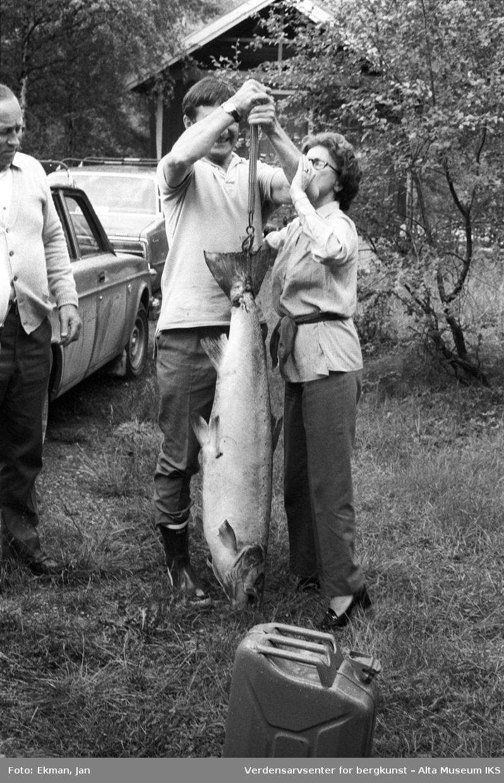 Fangst med personer. Fotografert 1979, Fotoserie: Laksefiske i Altaelva i perioden 1970-1988 (av Jan Ekman).