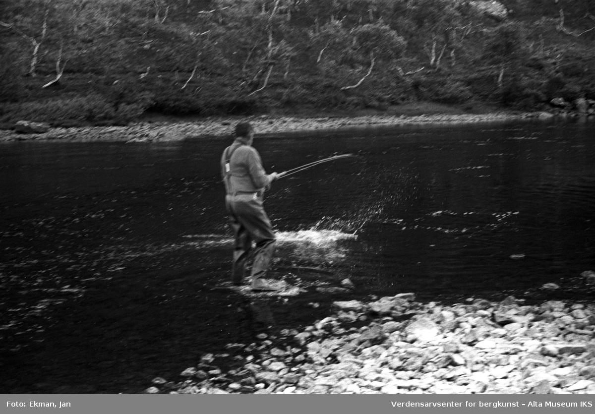 Landskap med personer. Fotografert 1971. Fotoserie: Laksefiske i Altaelva i perioden 1970-1988 (av Jan Ekman).