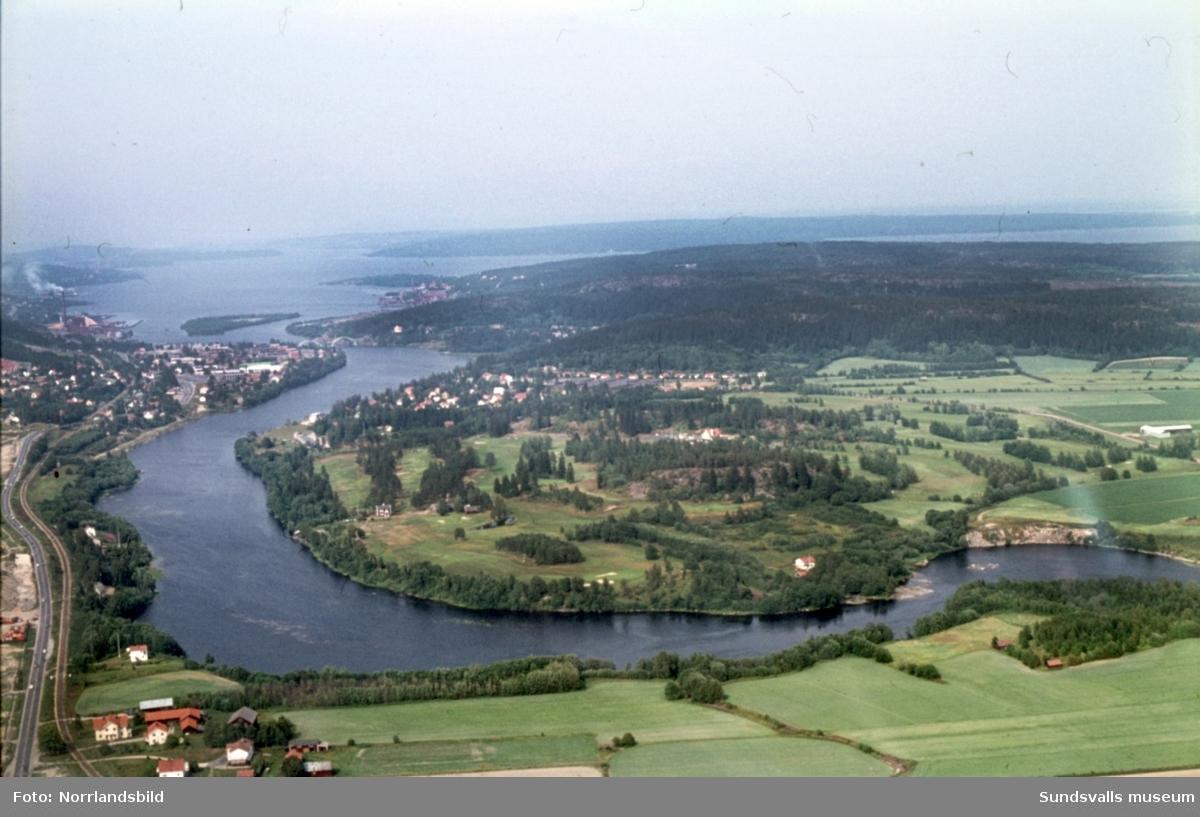 Flygfoton över området kring Ljungans utlopp vid Mjösund, Dingersjö, Skottsund, Kvissleby, Essvik. På en av bilderna är badplatsen Dyket i Dövikssjön i fokus.