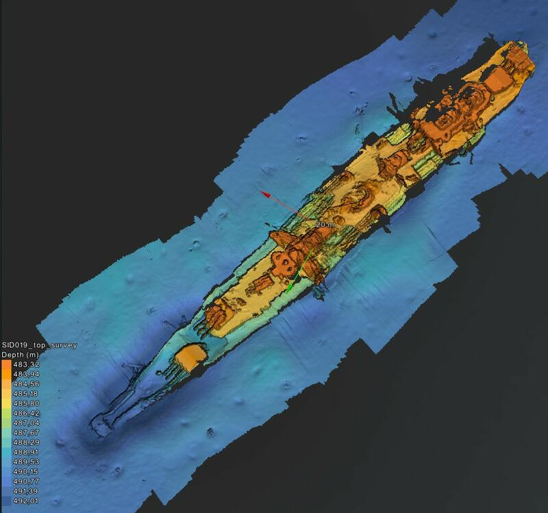 Skjermdump fra 3D-modell av Karlsruhe på havbunnen. Bildet er farget med dybdedata: havbunnen og nederste del av det lange, smale skipet er blått. Noe over dette er deler av skroget både grønt og gult, mens de høyeste mastene og tårnene er oransje og røde. (Foto/Photo)