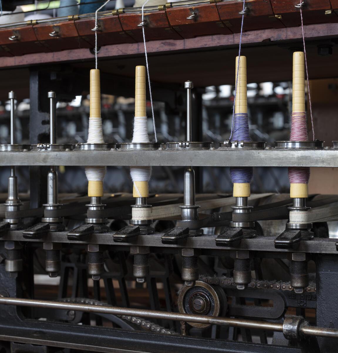 Detalj på tvinnemaskin med garn (Foto/Photo)