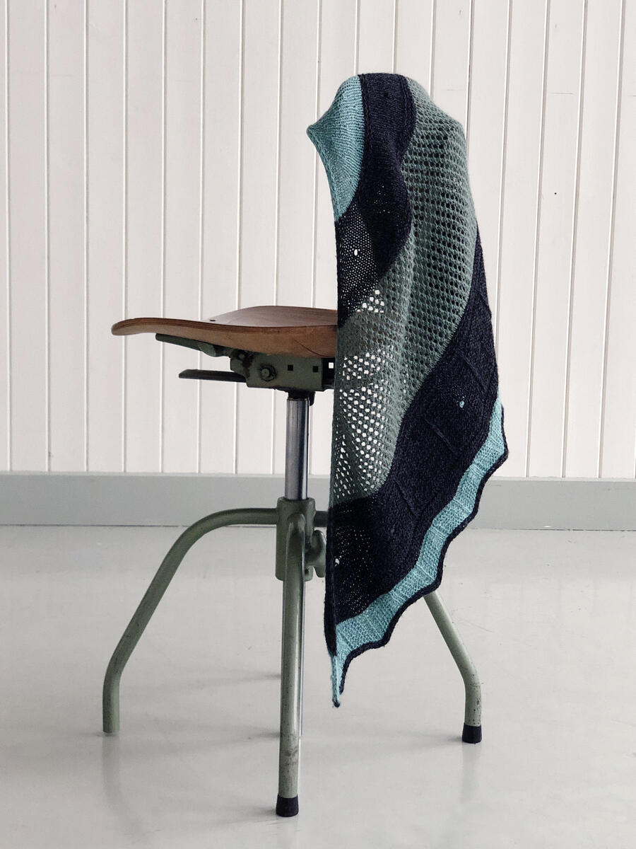 strikka sjal heng på kontorstol (Foto/Photo)