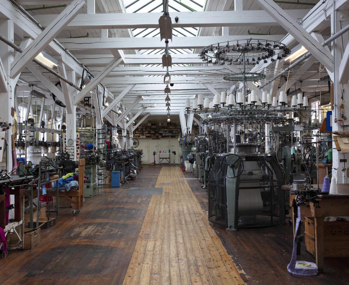 Strikkemaskiner i gammalt fabrikklokale (Foto/Photo)