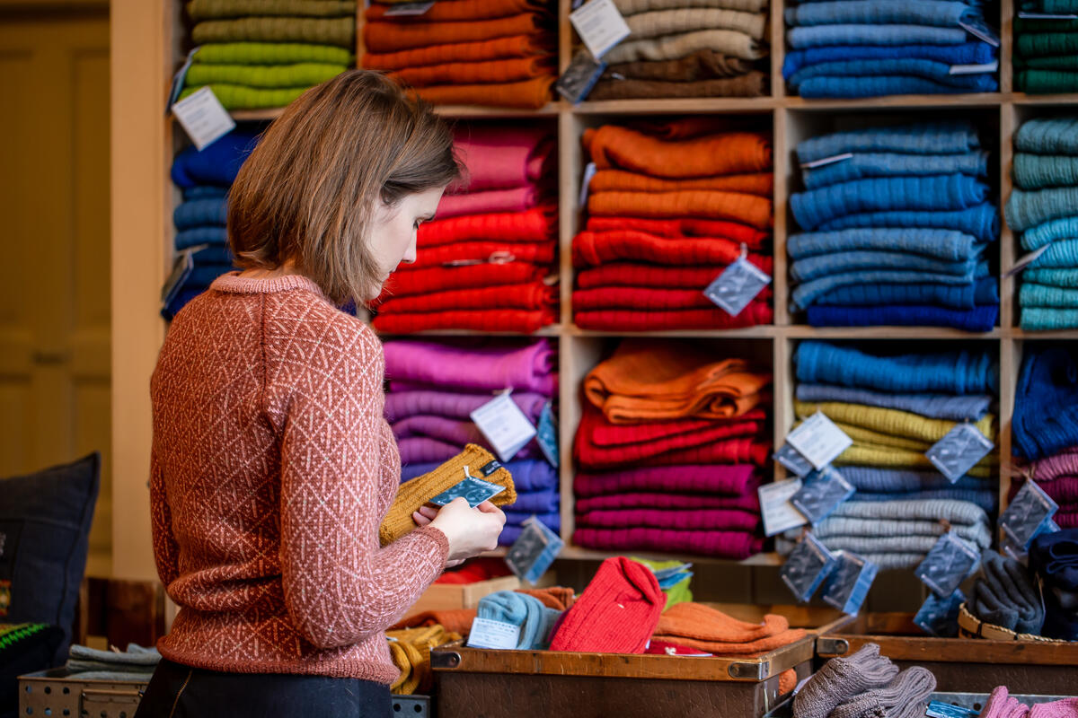 kvinne ser på produkt i butikklokale (Foto/Photo)