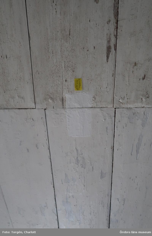 Fotoprotokoll Acc.nr. OLM-2020-28  Objekt: Rengöring, mögelsanering och målning av innertak i mangården vid Siggebohyttans bergsmansgård  Gata/kvarter/fastighet: Siggebohyttan 2:2 Socken: Linde socken Kommun: Lindesbergs kommun Län: T År: 2017-2020  Bild: 1-6: Taket i festsalen med prov- och referensytor inför kommande åtgärder. 7-10: Främre köket efter åtgärder och målning av taket. Ytorna som dolts av en äldre armatur lämnades omålade som referensyta då den ej heller var angripen av mögel. 11: Gröna rummet eller Bohmans kammare efter åtgärder och målning. 12-16: Festsalen efter åtgärder och målning av taken, samt med sparade referensytor. 17-19: Salskammaren efter åtgärder och målning av taket, samt med sparade referensytor. 20-24: Övre köket efter åtgärder och målning, samt med sparade referensytor. 25-27: Övre hallen efter åtgärder och målning, samt med sparade referensytor. 28-30: Gröna rummet eller Bohmans kammare efter åtgärder och målning, samt med sparade referensytor. 31-33: Röda rummet efter åtgärder och målning, samt med sparade referensytor. 34: Fuktskada i taket i blå rummets pappspända tak.  Diarienr. 2016.600.112