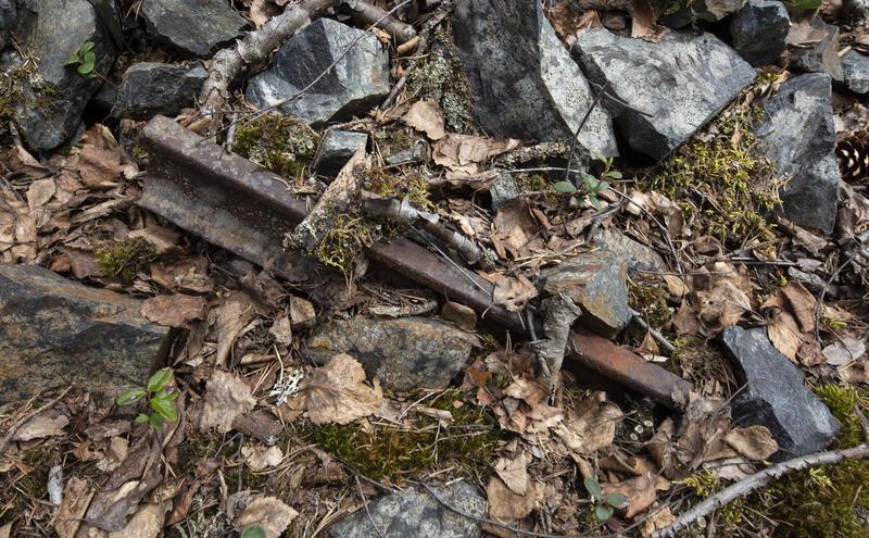 En skinnebit i berghalden utenfor stollen minner om den moderne tids drift. Den og andre kulturminner etter gruvedriften ved Knutehåvet er fredet og skal få ligge. (Foto/Photo)