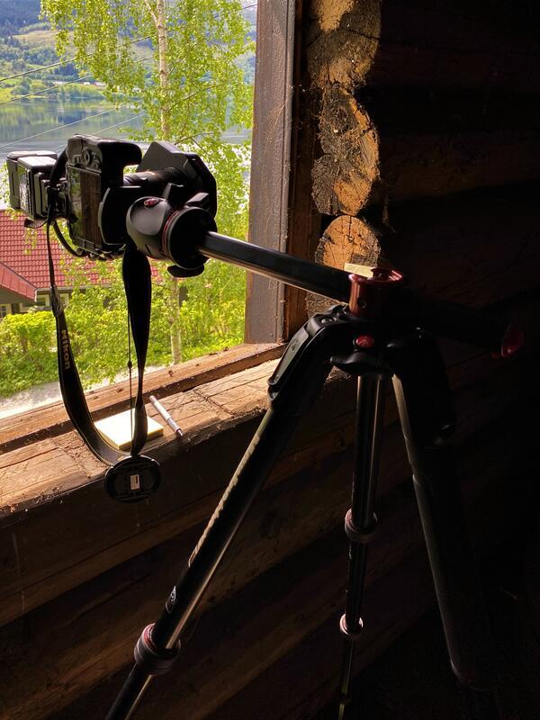 fotoapparat med stativ i eldre trebygning, viser datering av bygningar med fotometoden (Foto/Photo)