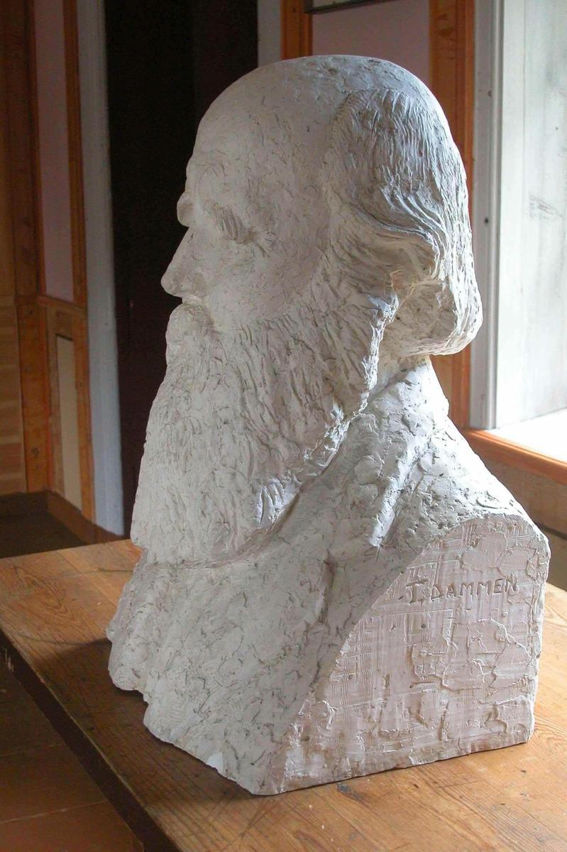 Gipsbyste, forarbeid til støping av byste. Bysten ble avduket på 100-årsdagen for Ivar Mortensson-Egnund i 1957 og står ved Einabu.