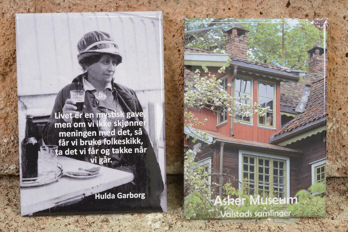 Her et par av magnetene som du finner i museumsbutikken vår. Hulda med herlige visdomsord og Valstads kunstnerhjem (6,5x9 cm) kr. 75,- pr. stk. (Foto/Photo)
