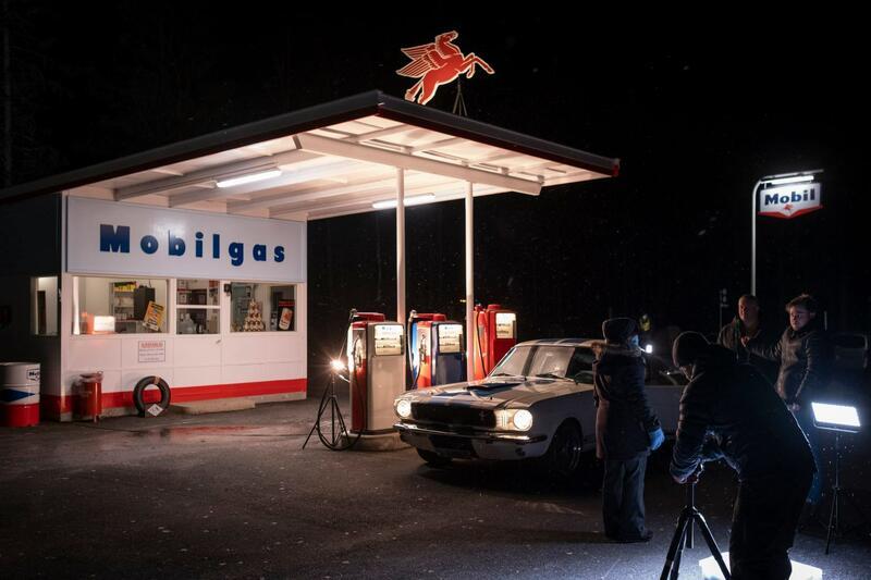 Klare til opptak på bensinstasjonen. Profesjonelle filmfolk fra Lillehammers filmmiljø sørger for høy kvalitet i alle ledd. Foto: Morten Reiten/Norsk vegmuseum (Foto/Photo)