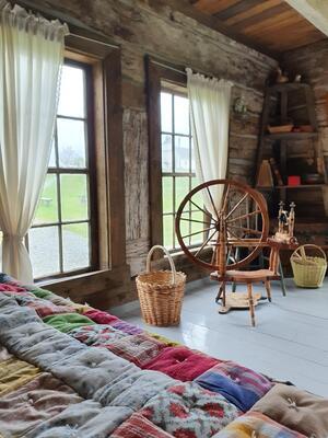 Interilør med rokk, kurv og seng. Foto/Photo