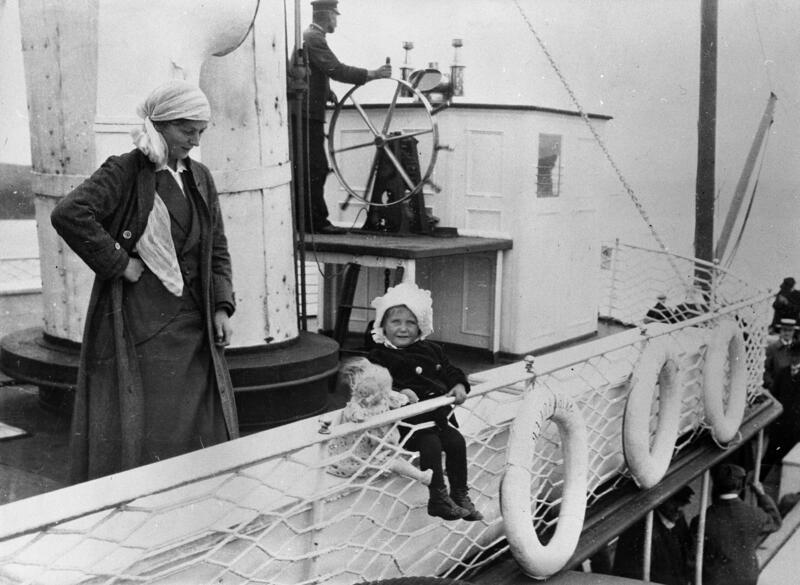 Kvinne, barn og dukke på dekk, Skibladner. Foto: Mjøsmuseet. (Foto/Photo)