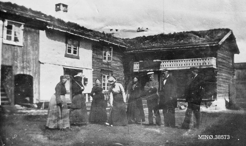 Turister og gårdsfolk på Bakken Gård, Hodalen, Tolga, 1920. Foto: Anno Musea i Nord-Østerdalen. (Foto/Photo)