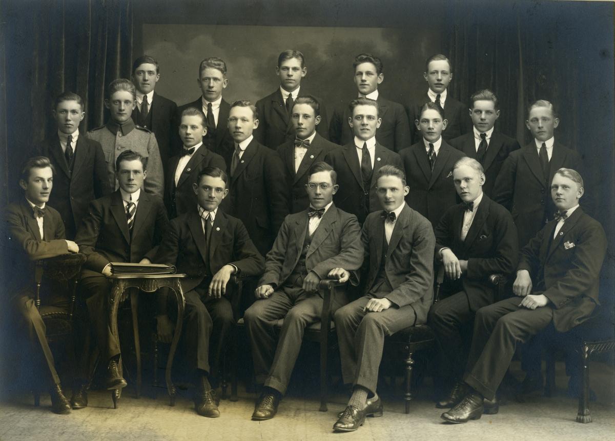 Medlemmar i fotbollsklubben Västra bollklubben från Gävle. I klubben spelade företrädesvis unga män från Gävle glasbruk och bryggeriet vid Gustavsbro. Harry Hansson sitter längst fram (i glasögon) och bakom honom står Henning Johannesson.