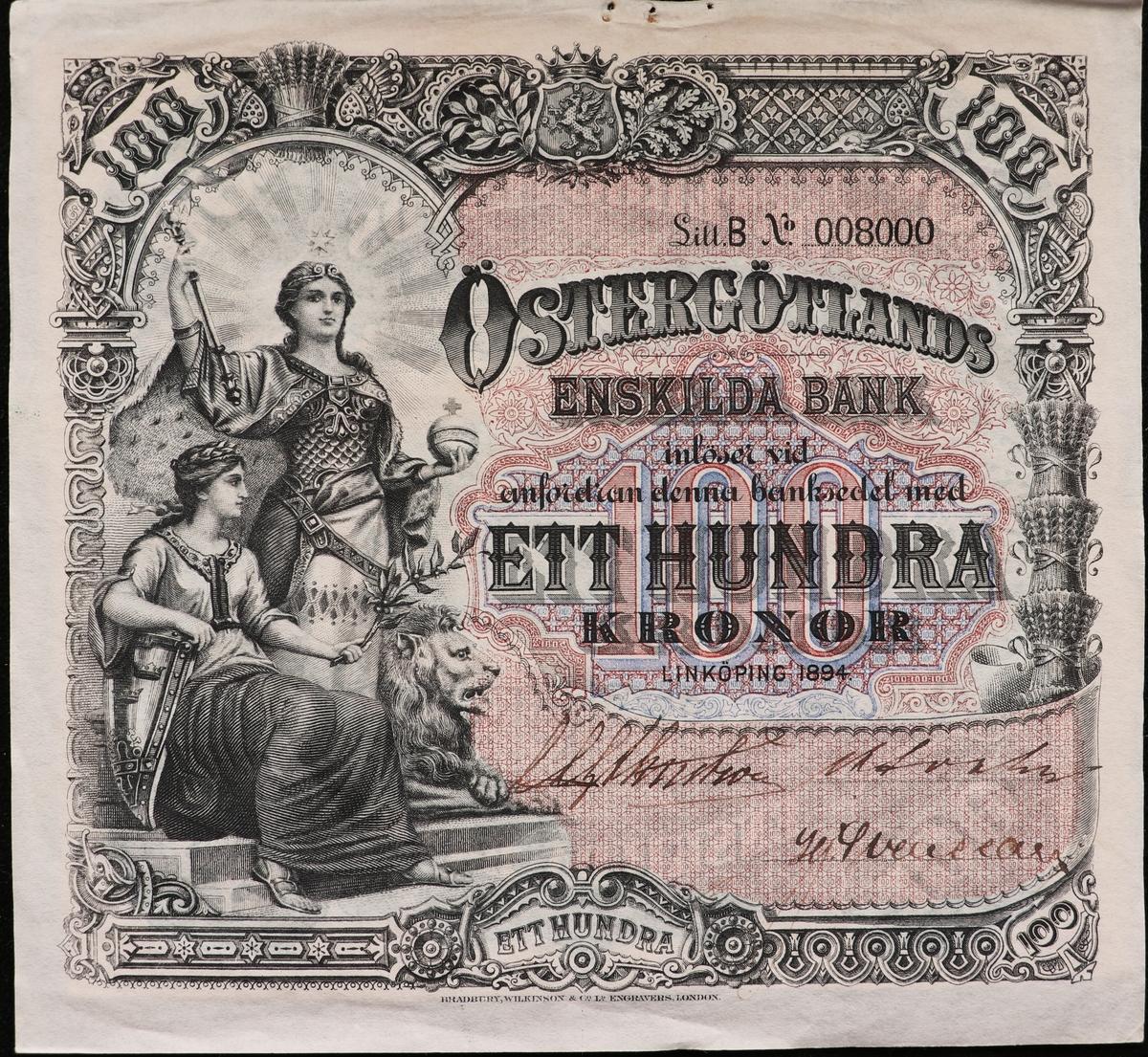 Tre sedlar på hundra kronor från Östergötlands Enskilda Bank från1894. Serienummer 8000 och 9640, tryckt till höger på sedeln. Den tredje sedeln har ett makuleringshål över serienumret. Framsidan har grå och röda färger. Tre signaturer på sedeln. Högst upp i mitten finns Östergötlands landskapsvapen. Längst till vänster är en bild på två kvinnor, en står och en sitter och ett lejon i profil. Baksidan har en bild av två hästar förspända för en plog och är grönfärgad. Två av sedlarna är makulerade med fyra hål i form stjärnor. En sedel är fastklistrad på en pappskiva, de andra två har en klisterlapp på sedeln där den suttit klistrad på en tavla. Två av sedlarna har hål som efter nålar. Tillstånd vid förvärv: Några vikningslinjer, men annars i gott skick. En av sedlarna har avskav efter att klisterlappar tagits bort.